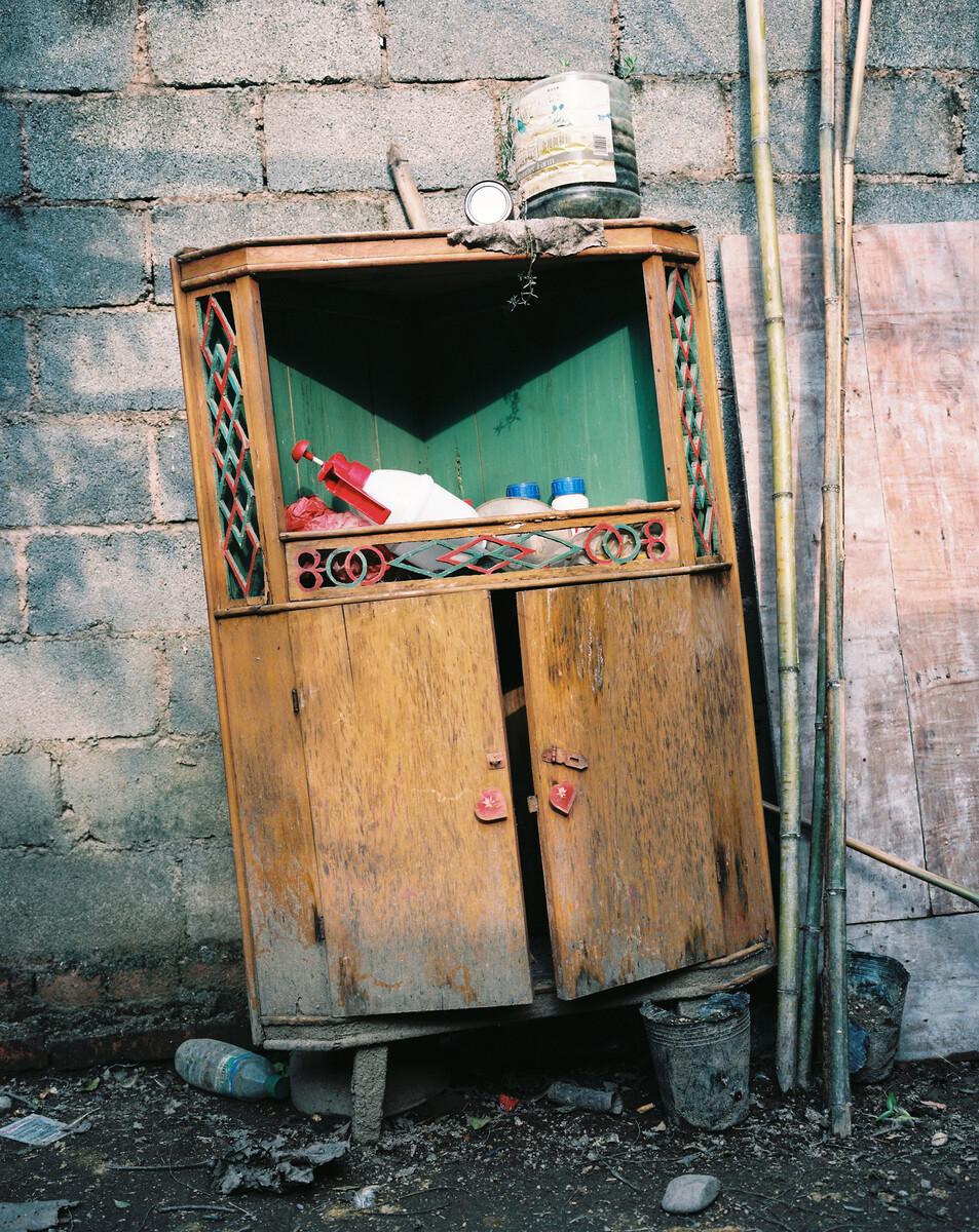 2014年,给遗弃在院子里的转角柜,这是罗小留90年代结婚时妻子带来的嫁妆。Mamiya 7II + 85/4,柯达120负片。