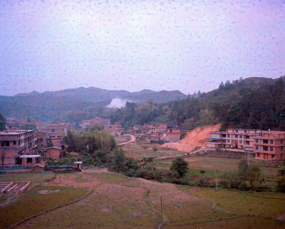 2017年,寺背村村景。Mamiya 7II + 85/4,过期柯达120负片。
