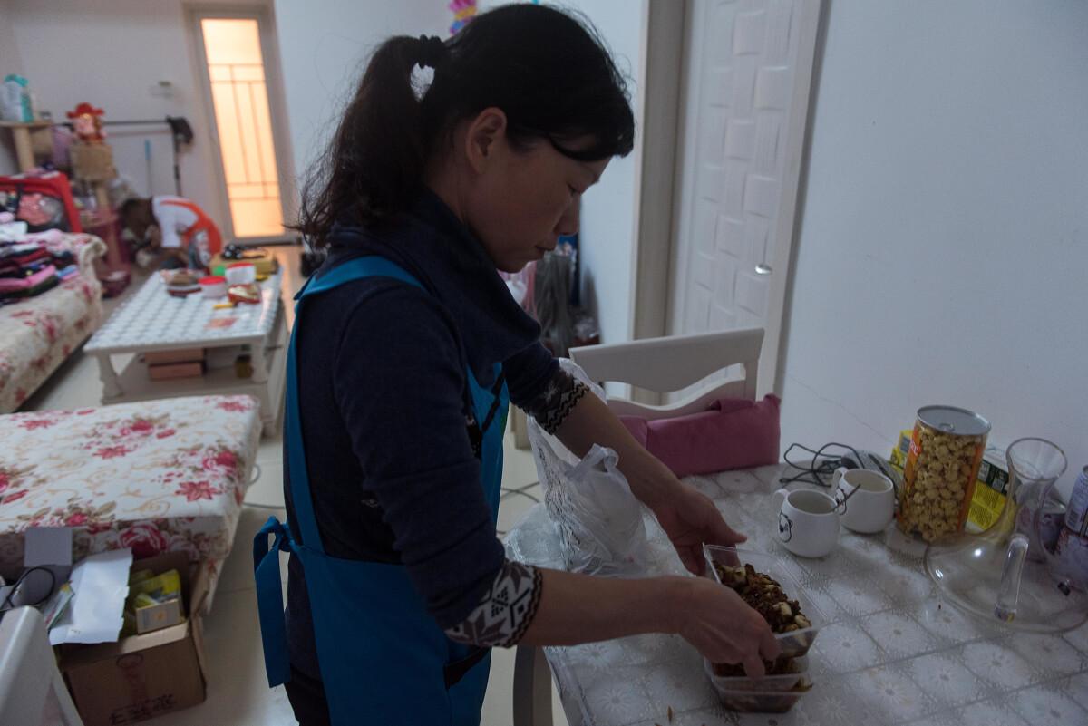 萱萱一心都在主播工作上,生活上却很懒,不想做饭,不想打扫卫生,不想洗衣服,这些一般都交给家政阿姨处理。