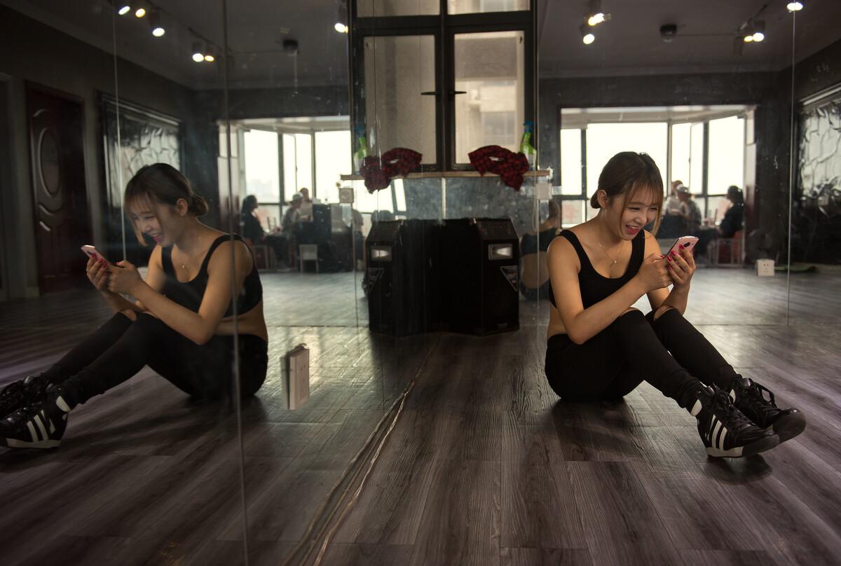 萱萱在练完舞蹈后,用手机与粉丝互动。