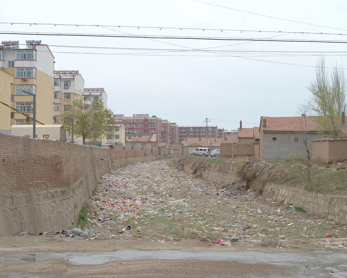 2016年4月 内蒙古乌兰察布 河道里的废弃物