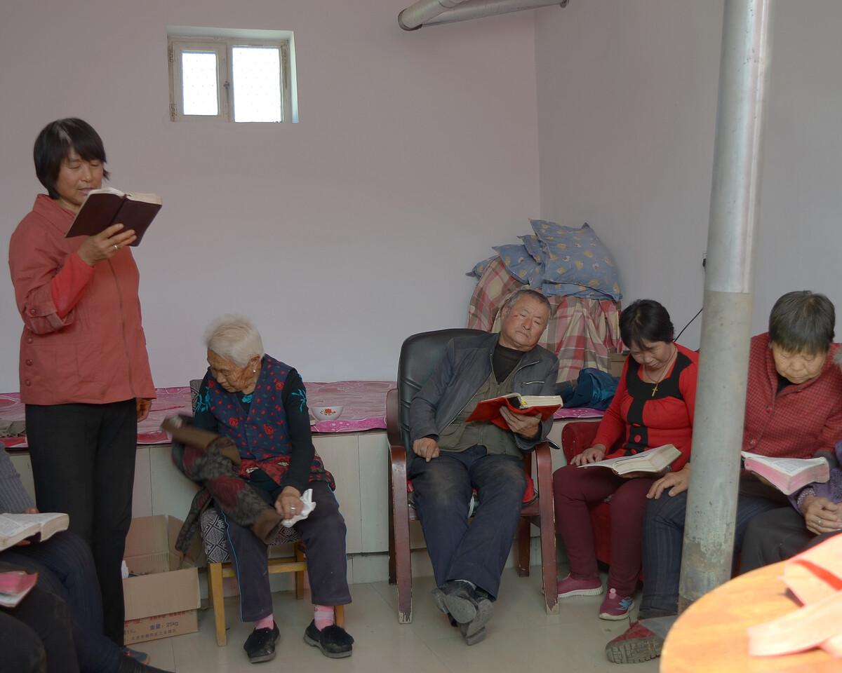 2017年10月 内蒙古呼和浩特 念圣经的基督徒