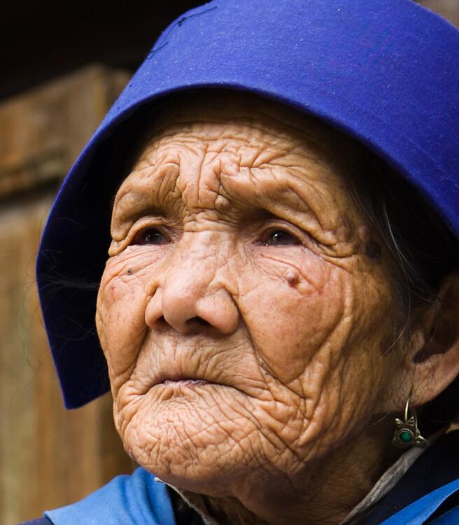 老人苍桑的脸上写下了岁月的印记,一道道如刀刻般的皱纹让我对人生顿
