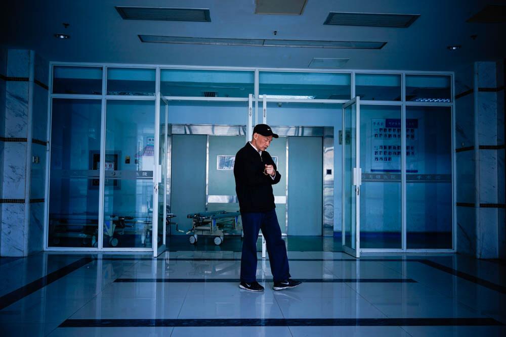 醫院手術室門口等待的家屬,手中的佛珠,嘴里的阿彌陀佛,取名為愛.圖片