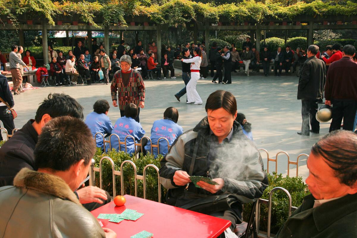2007年11月21日,无锡公花园,打牌与跳舞的人们。