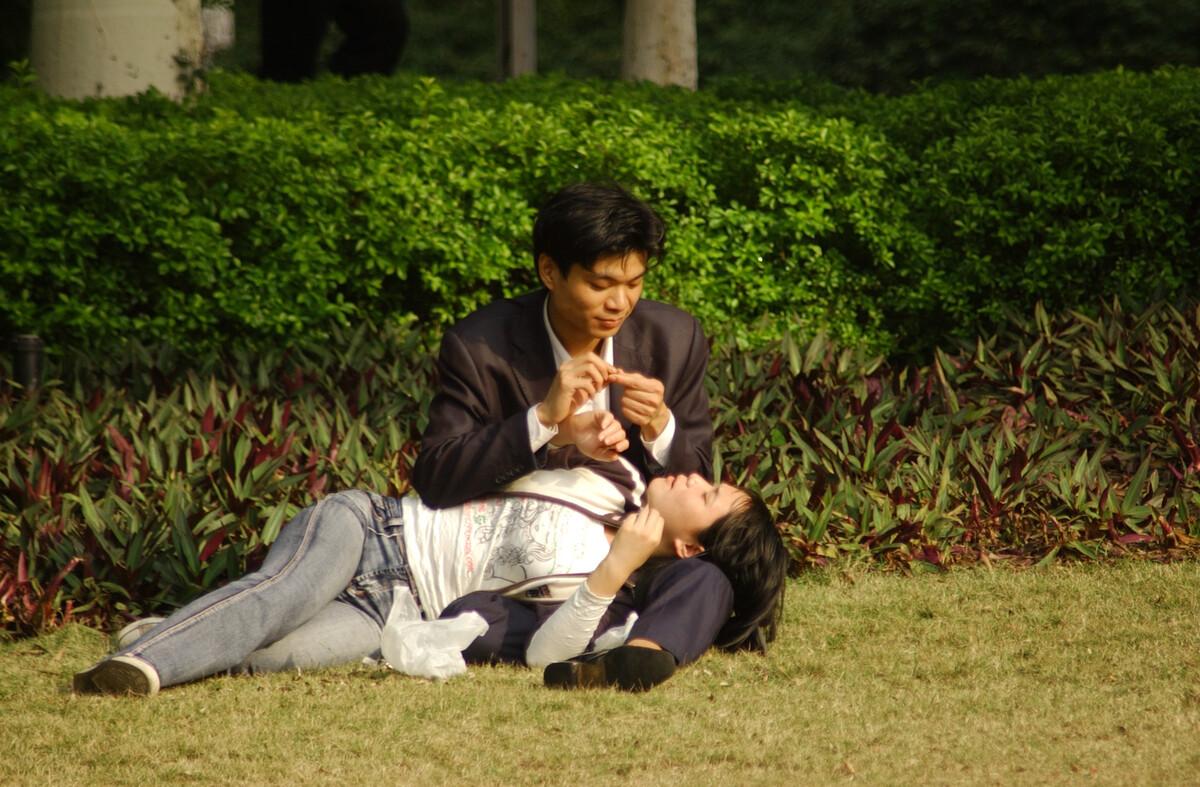 2007年1月2日,广州麓湖公园,情侣们在晒太阳。