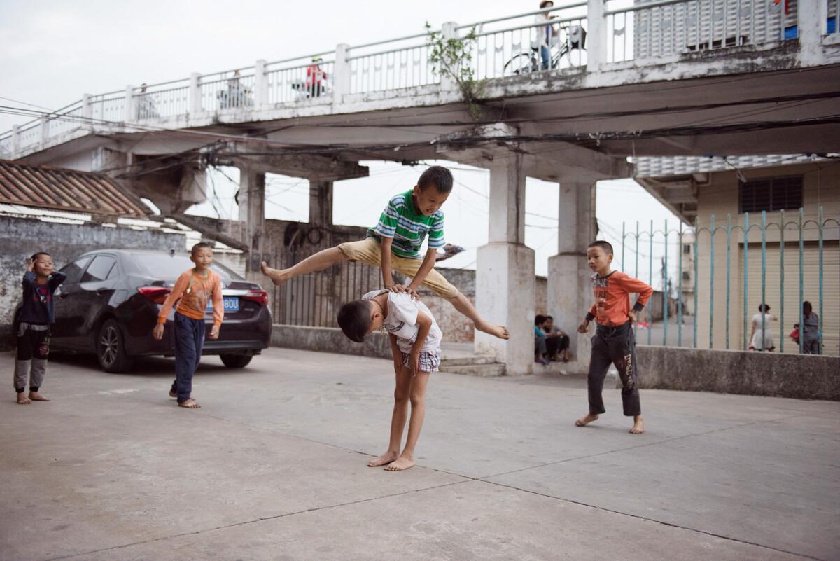 2018年11月10日,湛江龙划村,玩跳马游戏的孩子们。