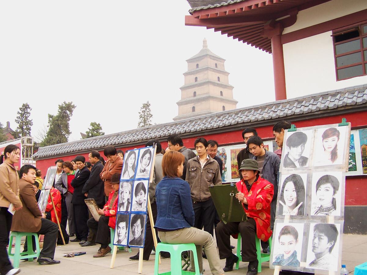 2006年4月5日,西安大雁塔广场,画肖像。