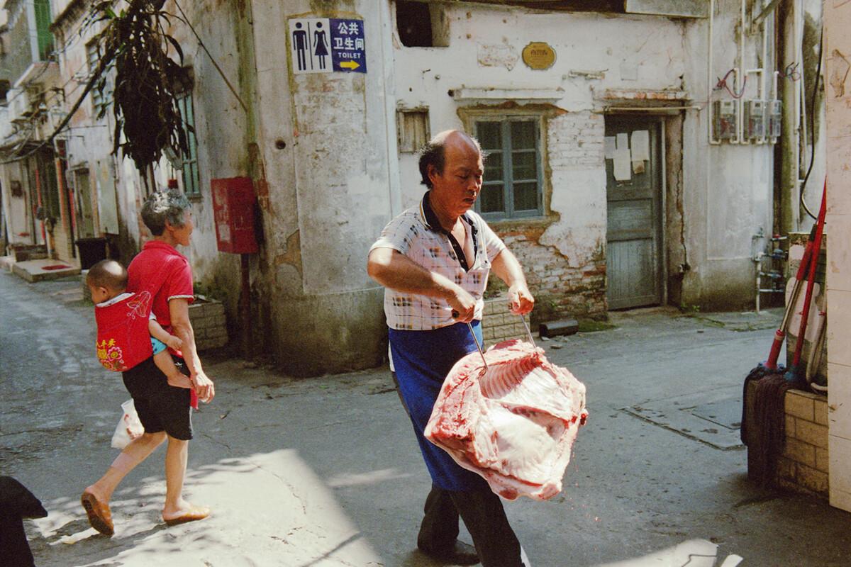 2018 湛江中兴街 提猪肉与背孙子。<br />