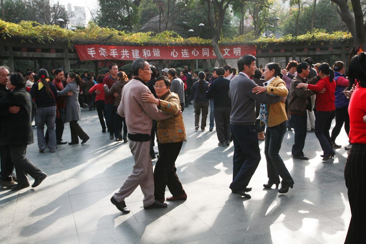 2010年12月9日,无锡公花园,跳舞的人们,现在人们都兴跳广场舞了,这种优雅的舞姿在广场上已很少见了。
