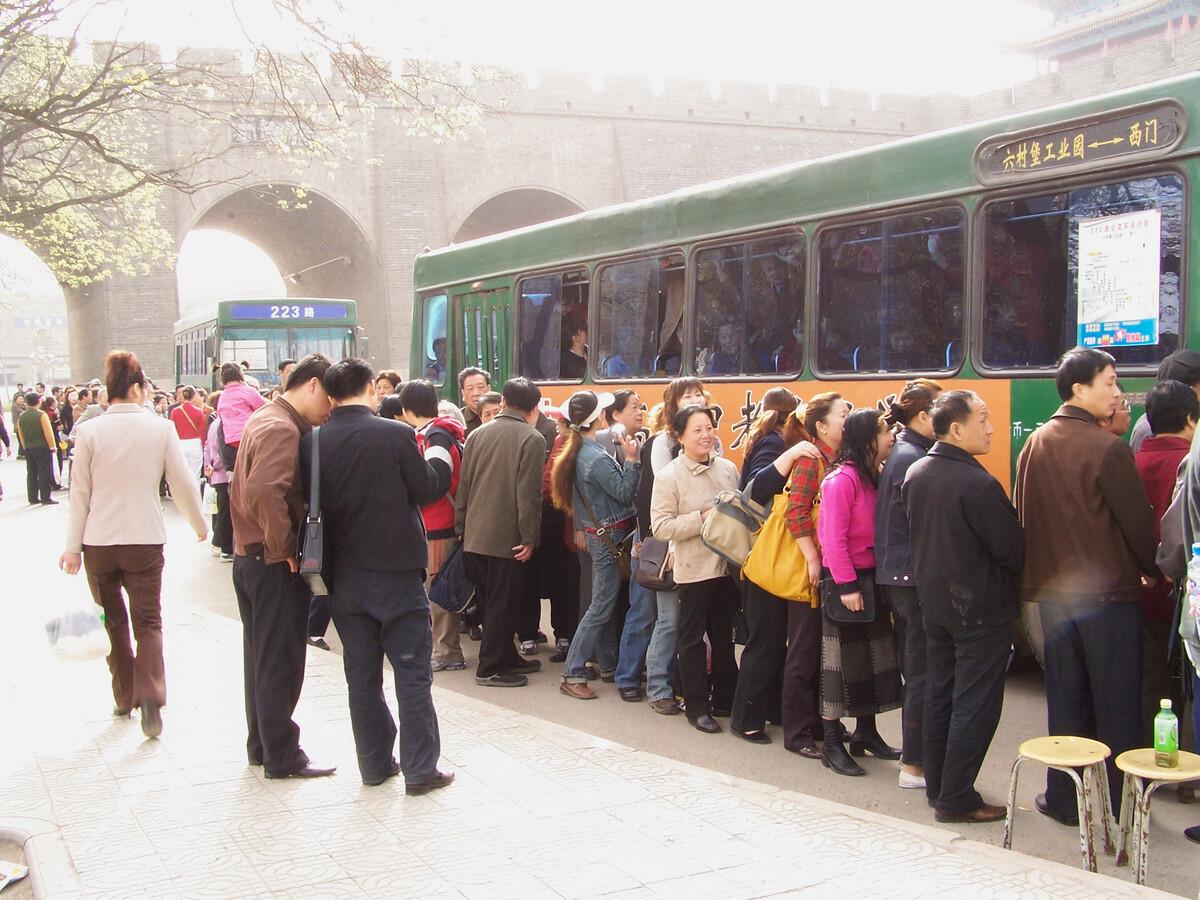 2006年4月1日,西安西门,排队上车去郊外踏青赏桃花。