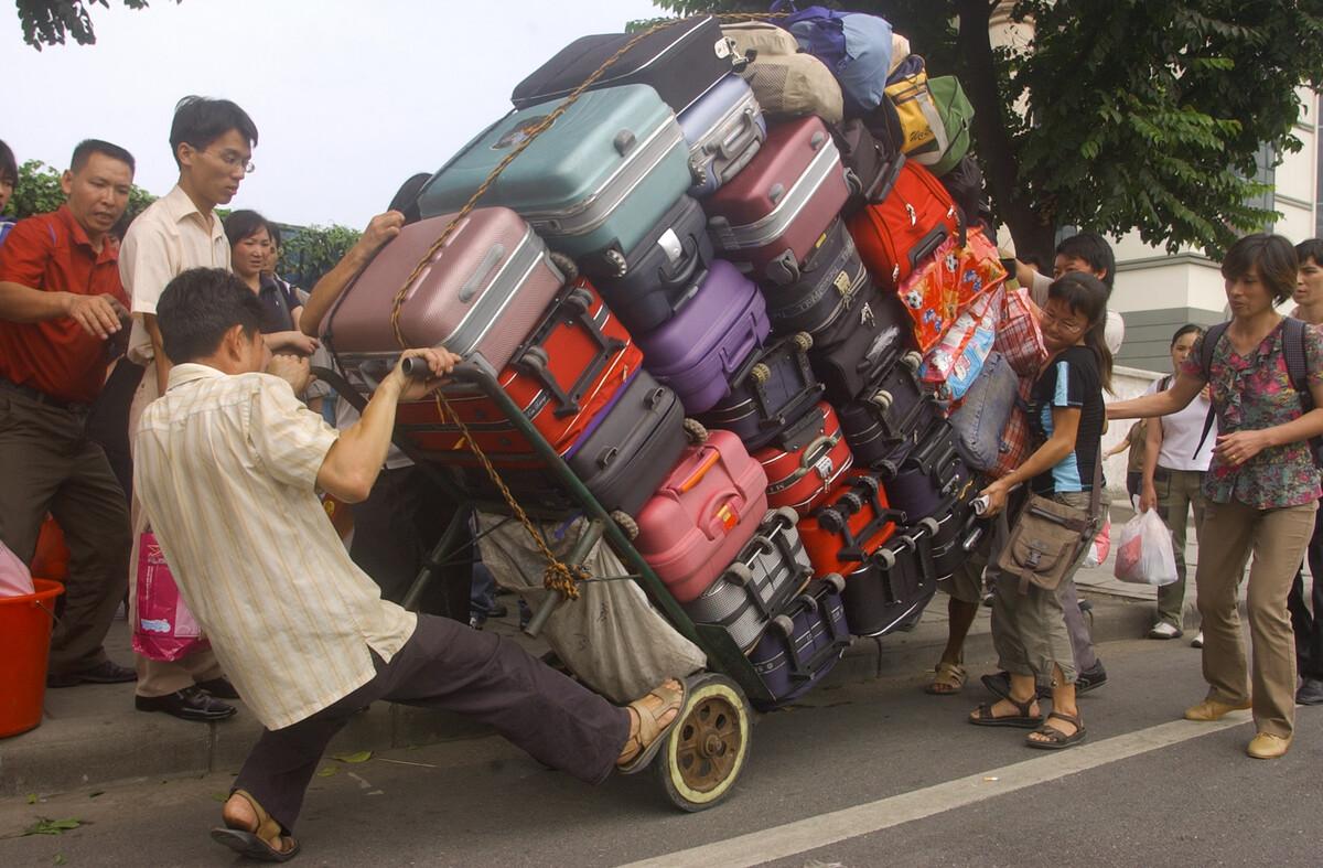 2006年10月2日,广州火车站附近,拉行李。