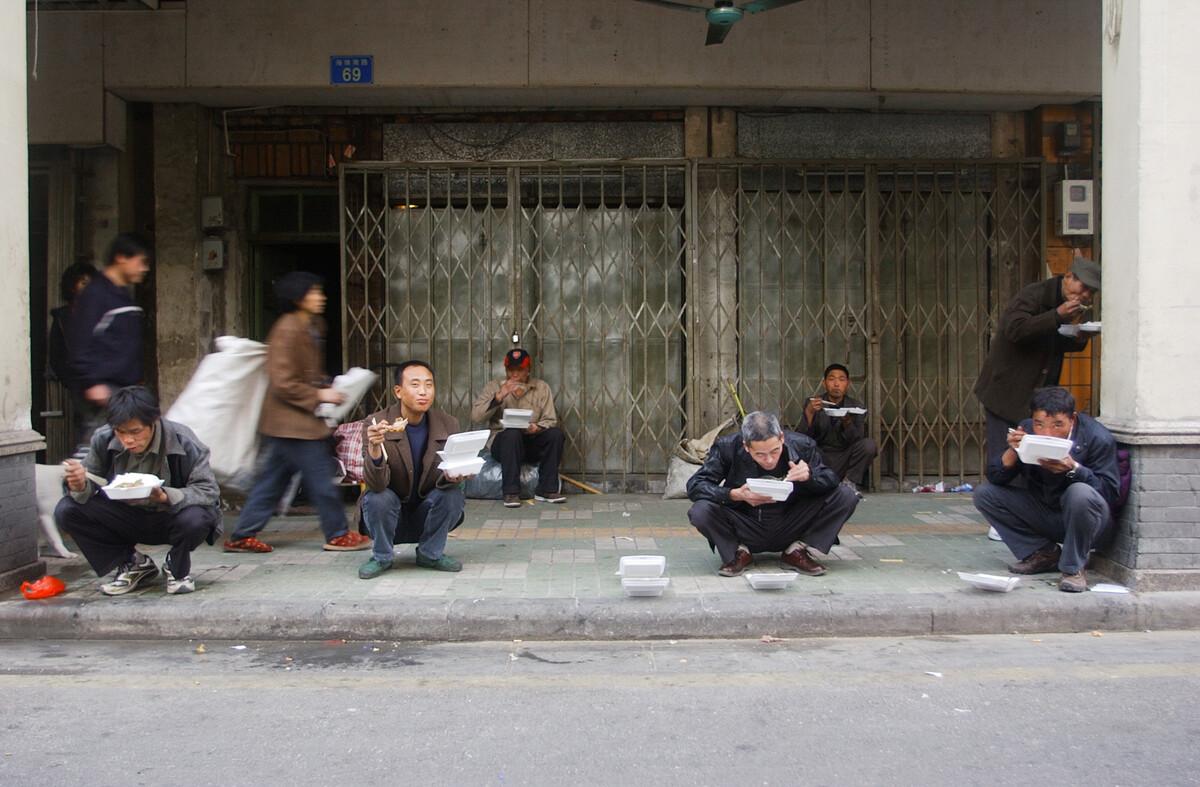 2006年12月21日,广州海珠南路,街边吃快餐的人们,一份快餐价格3-7元。