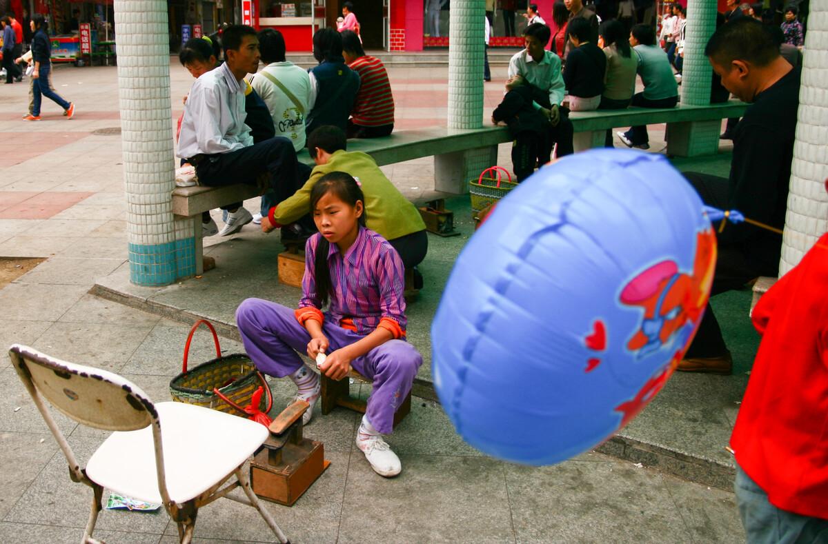 2007年2月18日,湛江霞山步行街,擦鞋的女孩。