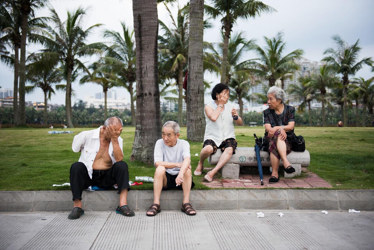 2017年6月14日,湛江海滨公园,老人们在公园里聊起家长里短。