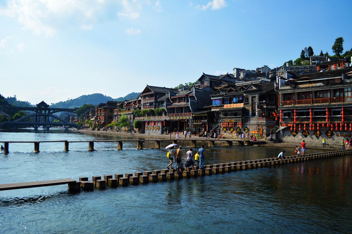 的照片_照片拍摄于沱江岸边凤凰古城流域岸,照片中的石墩桥,在早期是当地人民