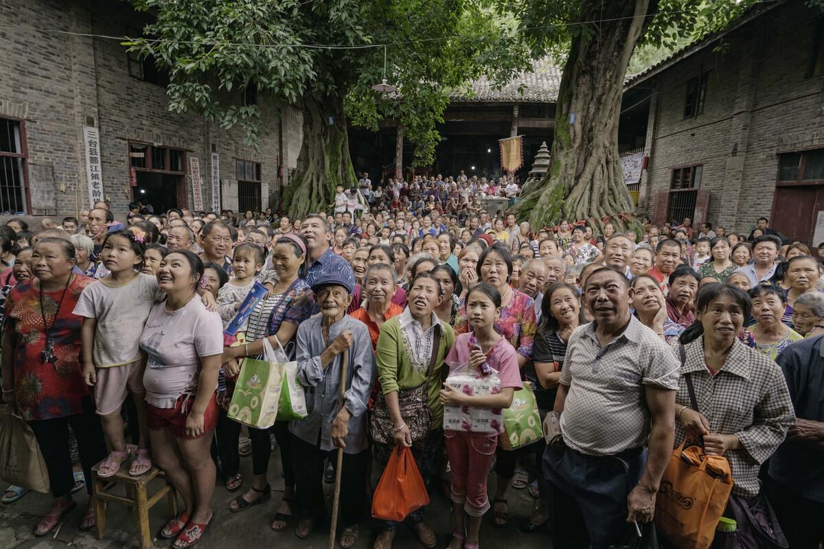 一年一度的四川三台县郪江镇庙会,村民们痴迷的乡戏开演了.