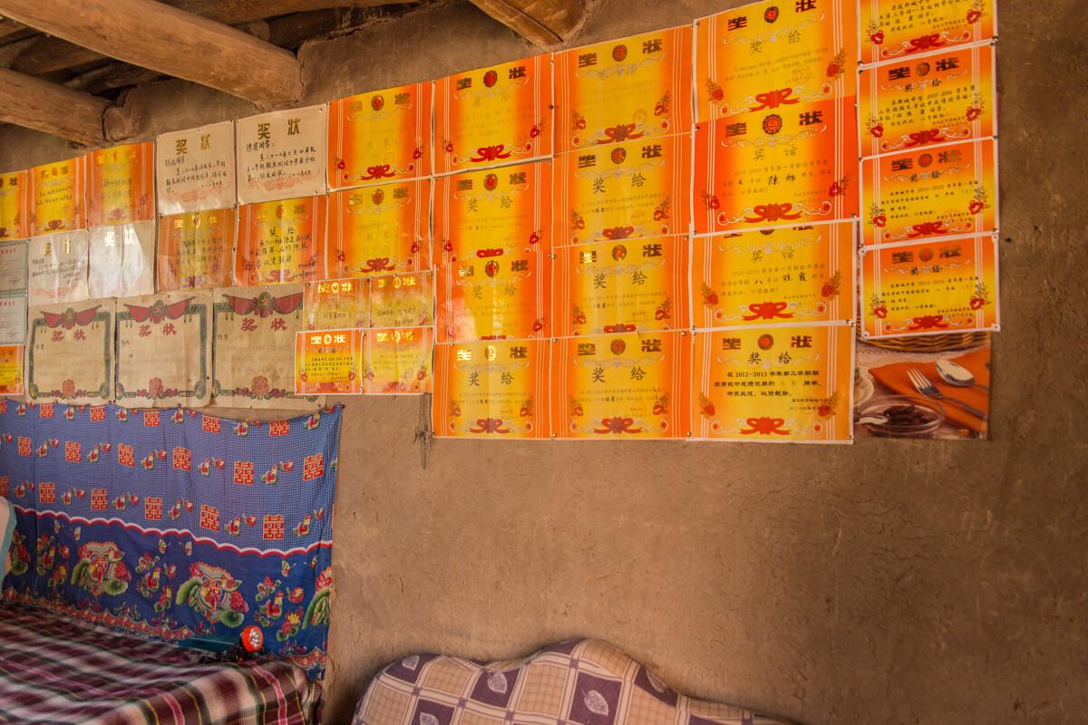 陈延柱家 br /> 简陋的家里,几乎没有完整的家具,唯有满墙的奖状是一图片