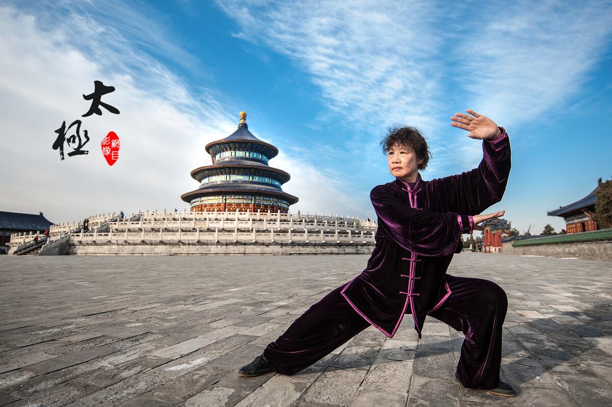 却巧遇晨练高人,只见她一袭紫色练功服,在祈年殿前悠然的打着太极拳图片