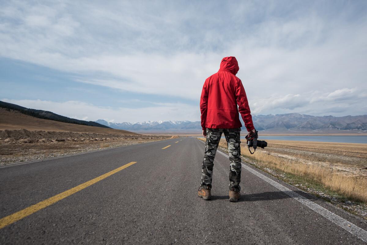 赛里木湖,摄影师和背影