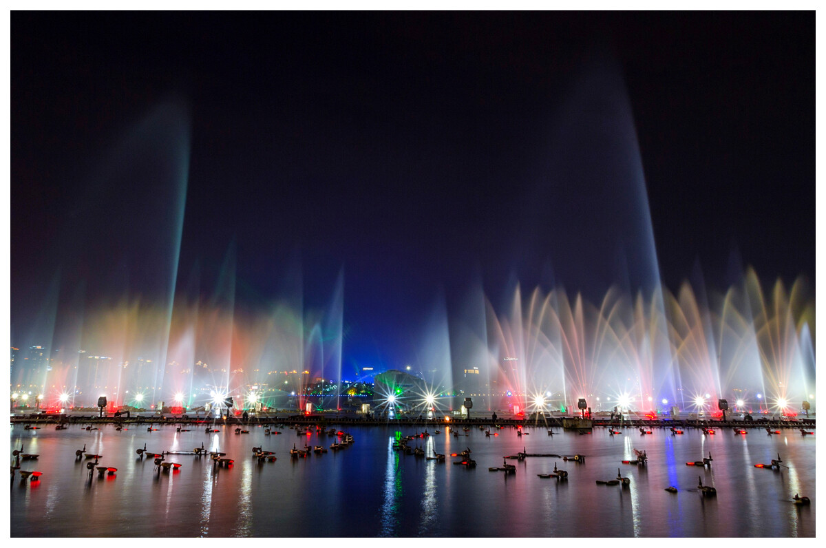 苏州工业园金鸡湖风景区音乐喷泉是以与相自然 ,结合独的环境加图片