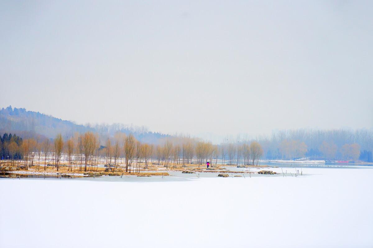 北京奥林匹克森林公园冬季雪景,好似一幅中国风的山水画.图片