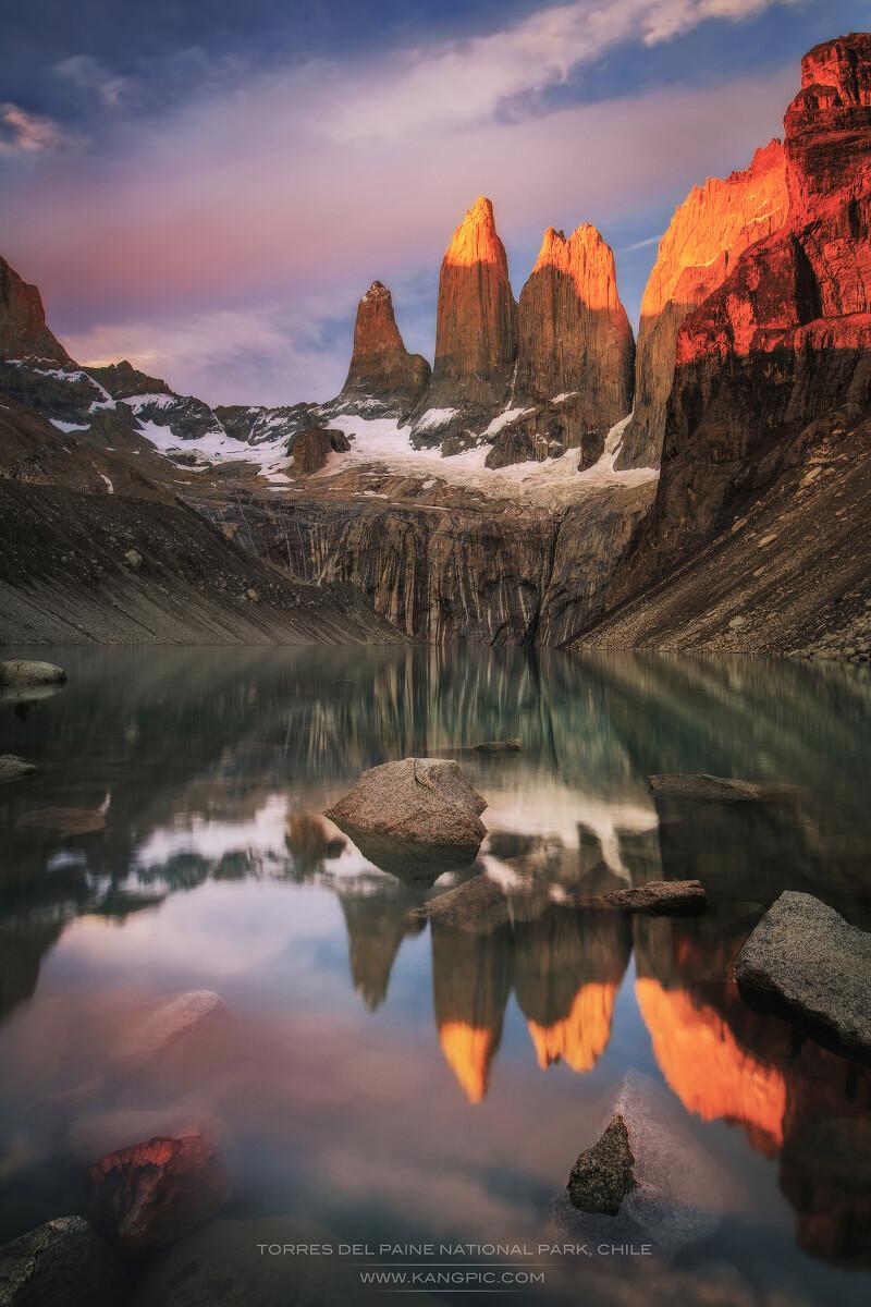 位于南美大陆最南端Patagonia地区的智利百内国家公园 Torres del Paine National Park. 我们有幸在这里见证了百内三塔Las Torres, 2015年的第一缕日出。