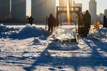 松花江上采冰