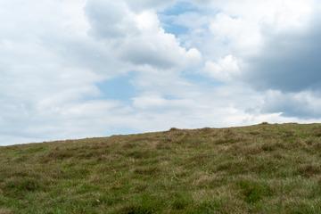 蓝天白云和草地