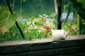 茶壶和杂乱的背景