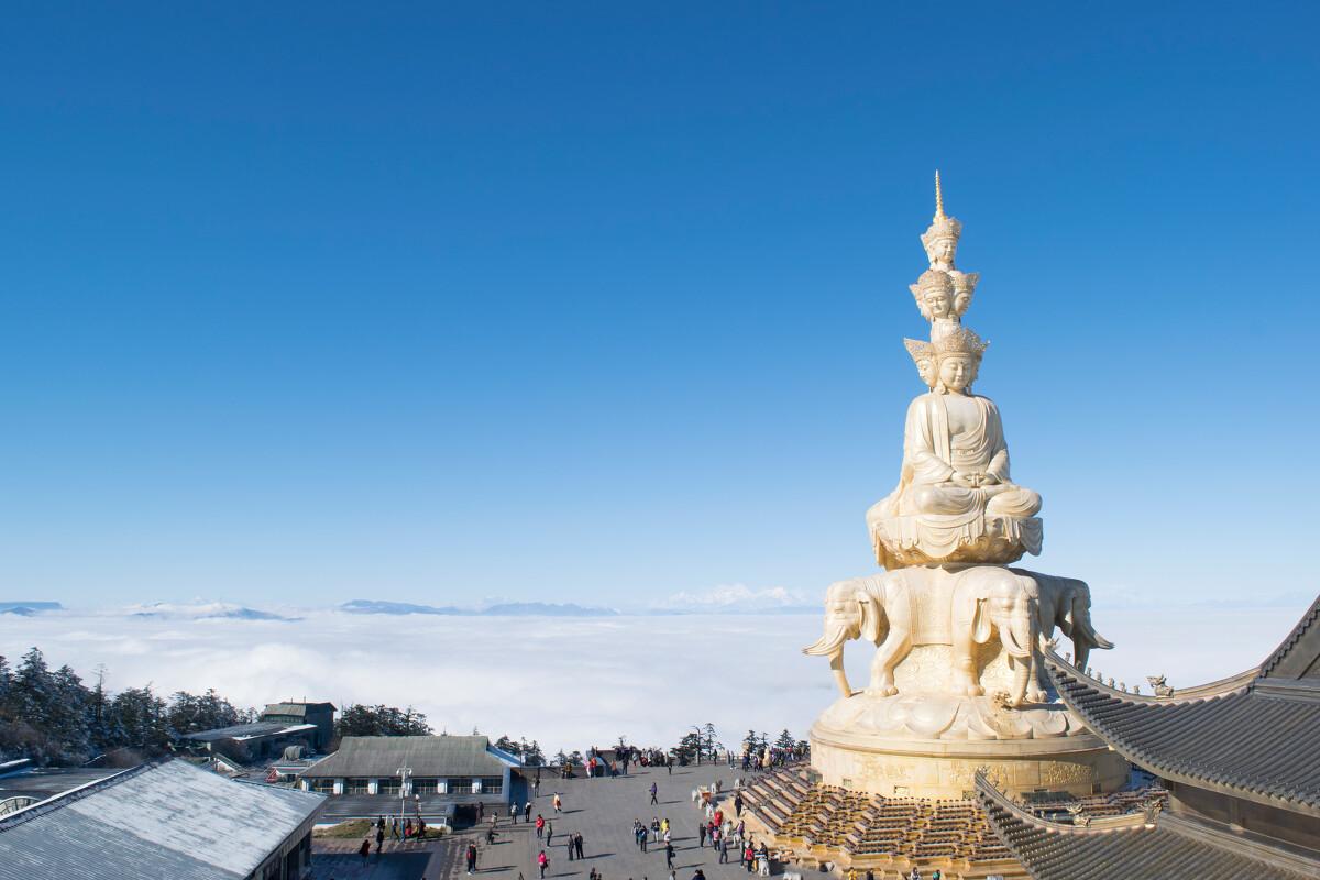 峨眉金顶,山下白雪飘飘,金顶晴朗无比