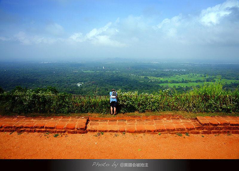 2012年2月3日 斯里兰卡 狮子岩<br /> 山顶,一望无边的绿色平原,一个人的风景,一个人的世界
