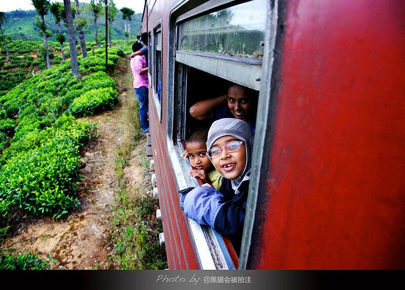 2012年2月5日 斯里兰卡 开往Ella的火车<br /> 开往ella的火车,我探出身拍摄路边的茶园,却发现最美的风景正在对我微笑