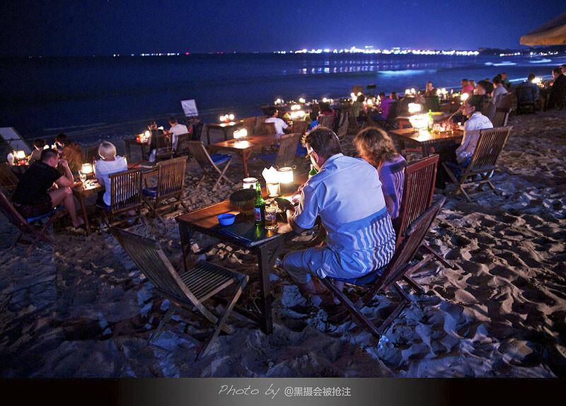 2012年7月30日 巴厘岛 金巴兰海滩<br /> 邻桌的夫妇已经不再年轻,看他们的背影在烛光里,突然就想到若干年之后我们是否如此