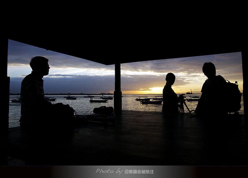 2012年7月31日 巴厘岛 巴厘湾<br /> 总有三五好友,陪你看日出,伴你经风雨,我不在画面里却始终在一起