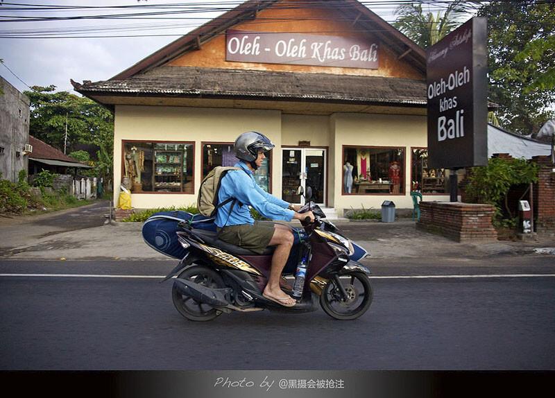 2012年7月31日 巴厘岛 库塔街头<br /> 你在骑行的路上,却成为我的风景,不要过分珍藏过去的曾经,他或她只是个过客