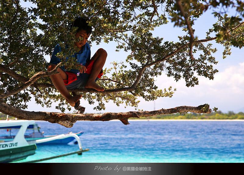 2012年8月2日 巴厘岛 龙目岛<br /> 孩子安静的坐在枝桠上,喧闹中的一隅安静,如此格格不入