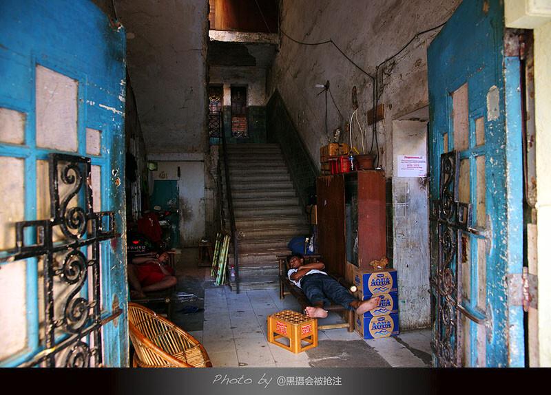 2012年8月3日 雅加达<br /> 饱经风雨的老城,曾经风光无限的建筑如今已斑驳不堪,午睡的人浑然不被门外热闹的集市干扰