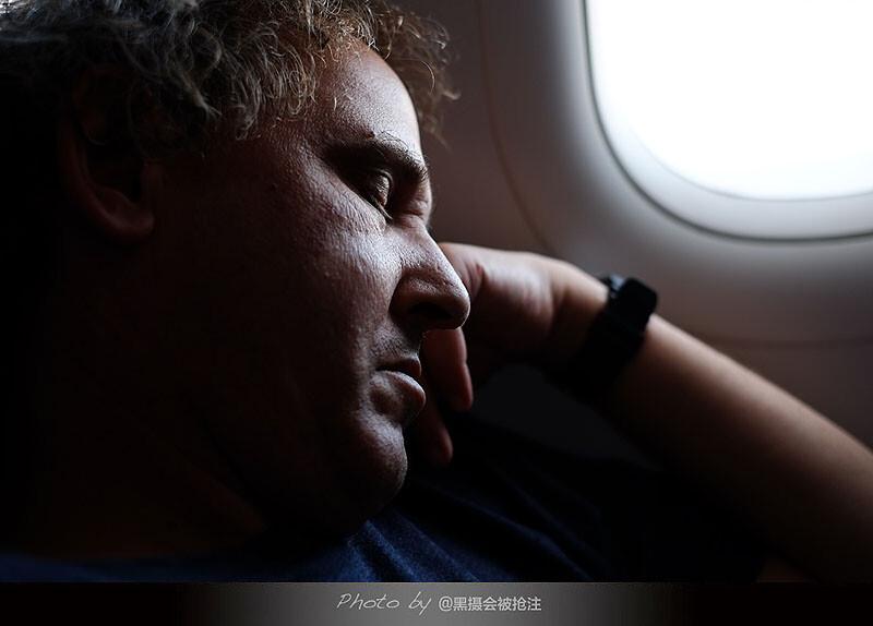 2012年10月30日 北京机场<br /> 他坐在我边上,登上飞机倒头就睡,人在旅途真的很累