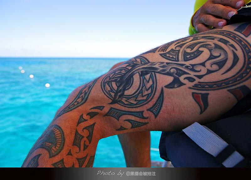 2012年10月31日 澳大利亚 大堡礁<br /> 救生员展示他的图腾纹身,诉说他的故事,人人都有故事......只是愿不愿意分享