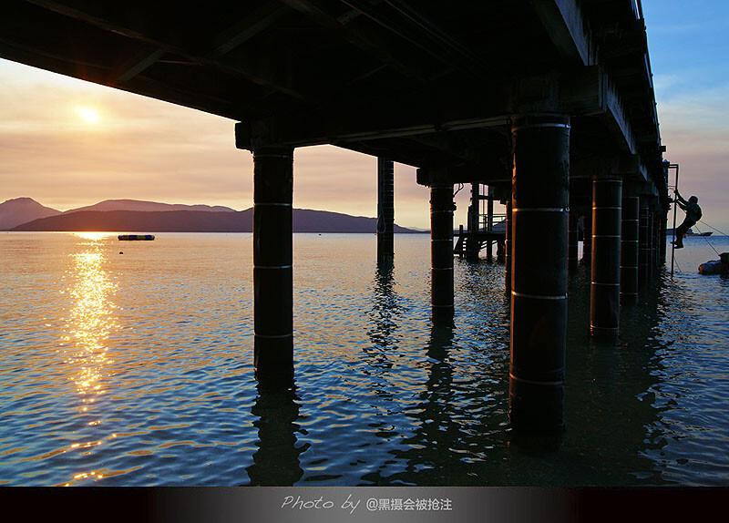 2012年10月31日 澳大利亚 翡翠岛<br /> 夕阳的时候,一个游客顺着舷梯爬上码头,站的高才能看到更好的风景