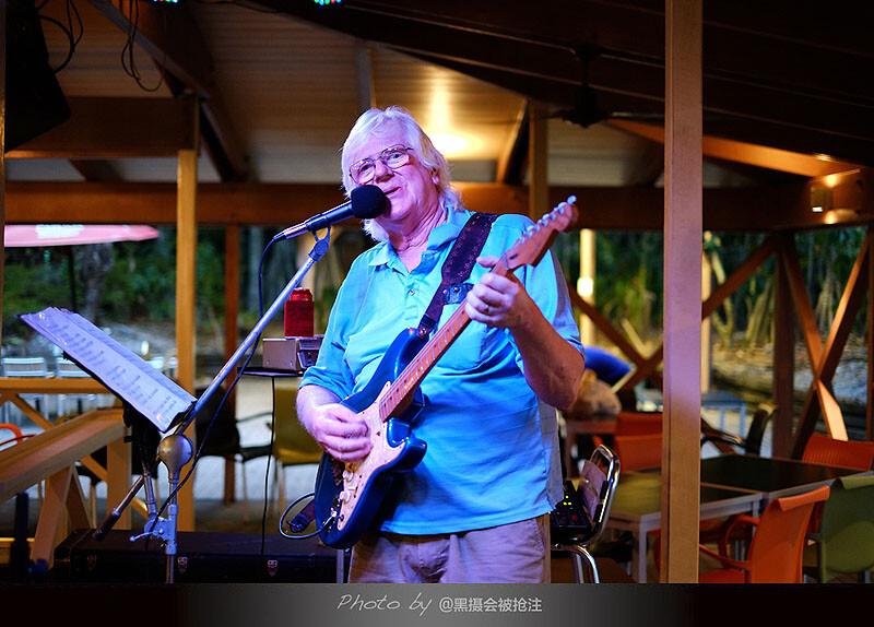 2012年10月31日 澳大利亚 翡翠岛<br /> 头发花白的酒吧歌手,每天晚上都会在这里唱歌,唱给客人,唱给自己