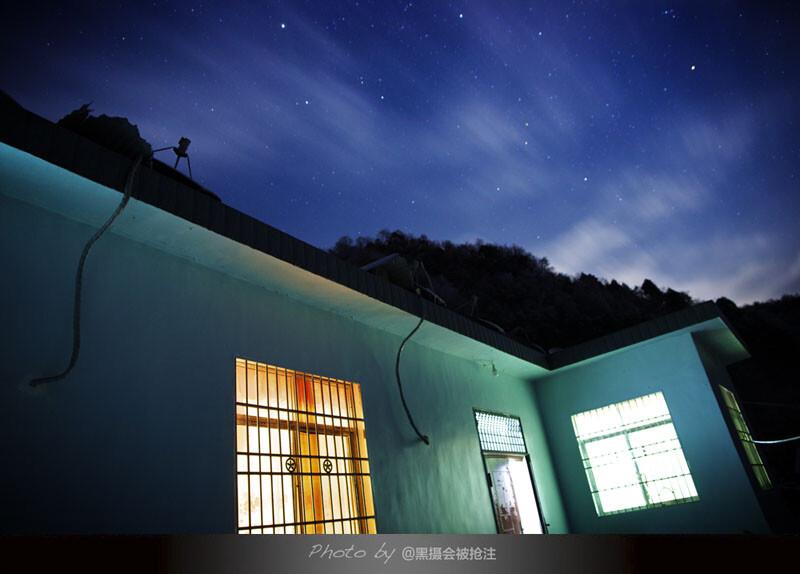 2012年12月29日 张家界<br /> 寒冷的夜里,挂满星星,只身在冰雪世界,客栈透出温暖的光,有家的感觉