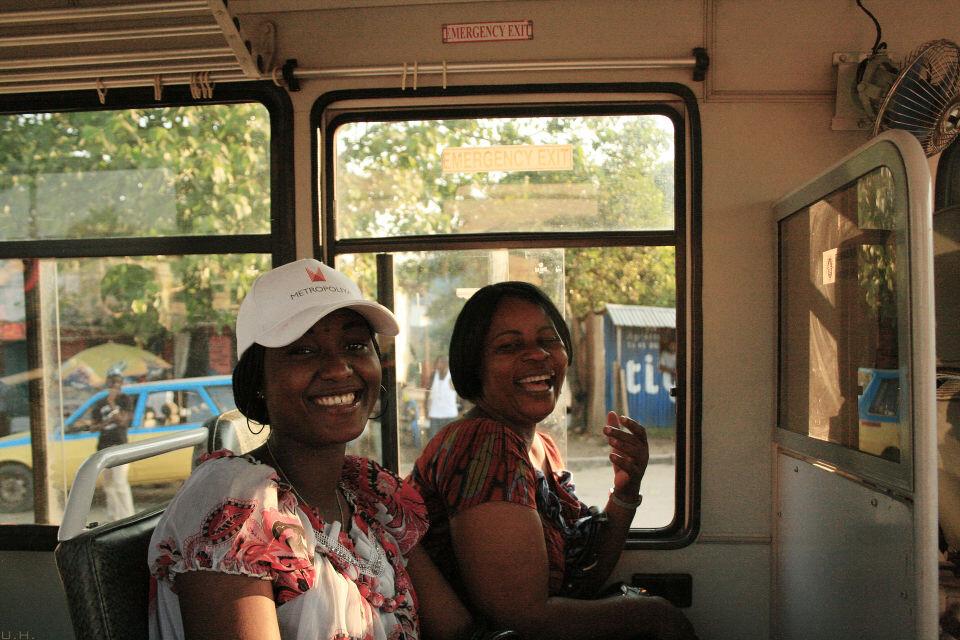 "Lola Lola-3<br /> Mama Henriette & Esperence<a href=""https://tuchong.com/48638/"" target=""_blank"">@Lola</a> Bus, Kinshasa<br /><br /> 回家的路上,我半路下车,用当地话对她们说了一句""Olala Mingi, Olala Malamu(睡多点,睡好点)""。<br /><br /> 非洲人普遍都非常喜欢你说一些他们的当地语言,哪怕只是一两句,他们马上就当你是最好的朋友。可见当初殖民统治对他们文化的压迫其实有多深。"