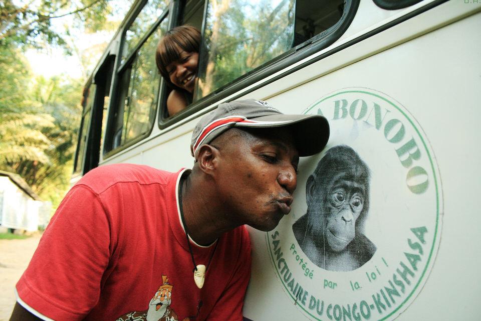 "Lola Lola<br /> Jean-Claude<a href=""https://tuchong.com/48638/"" target=""_blank"">@Lola</a> Bus, Kinshasa<br /><br /> 他是罗拉雅的大活宝,什么搞怪的事都能做出来。我让他对着车上的Logo亲一下,逗得满车的人都笑翻了。"