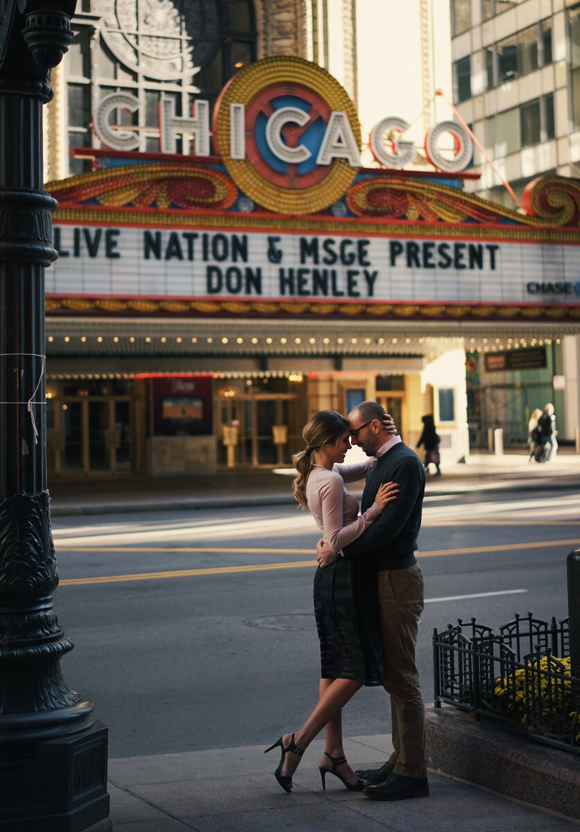芝加哥大剧院前,一对情侣突然拥吻