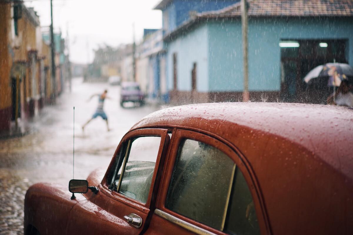雨中奔跑的行人
