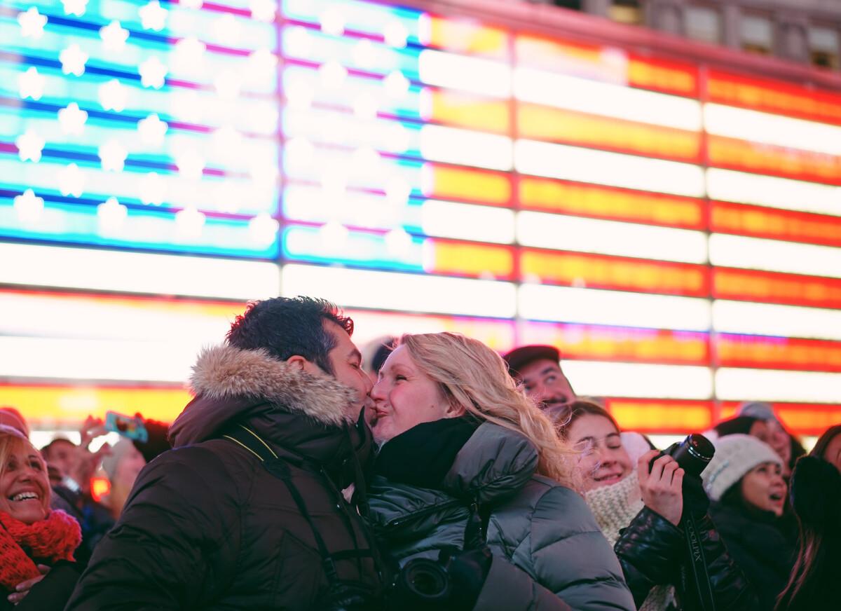 在时代广场众人的呼声中,他们正对荧幕,留下满满的爱