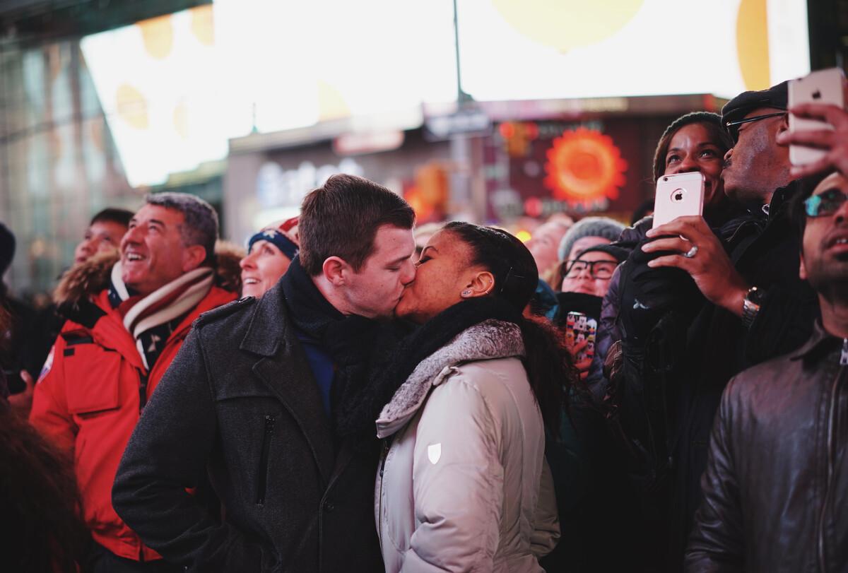 在时代广场众人的呼声中,他们正对荧幕,留下满满的爱(2)