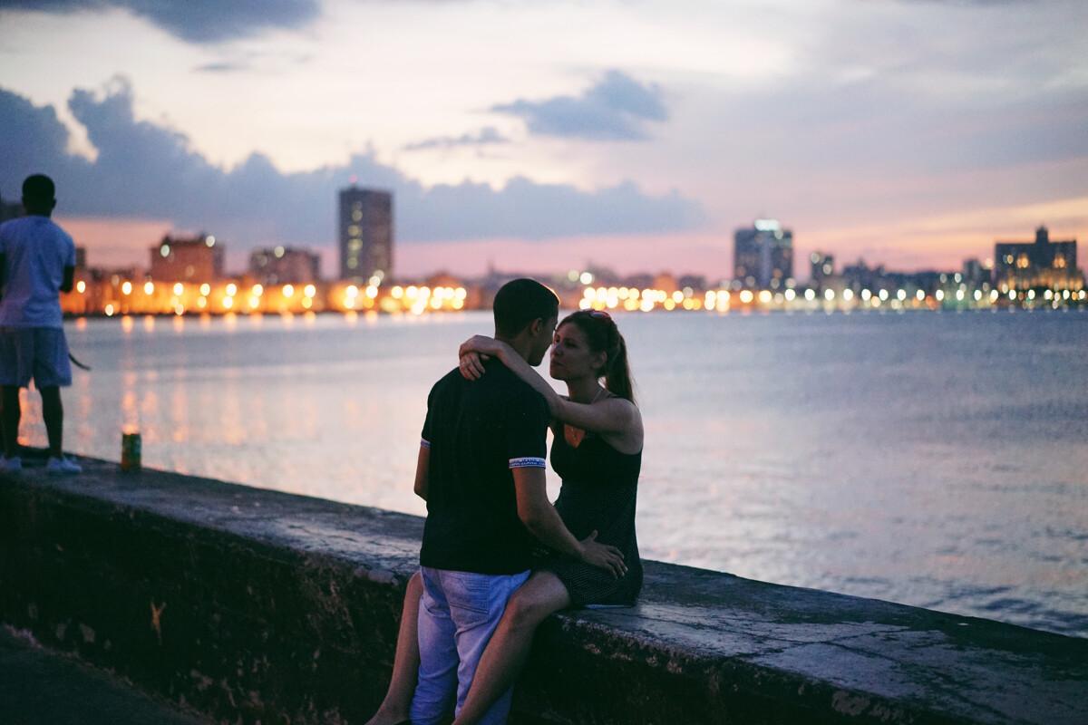 下班后的他们在欣赏古巴美丽的日落